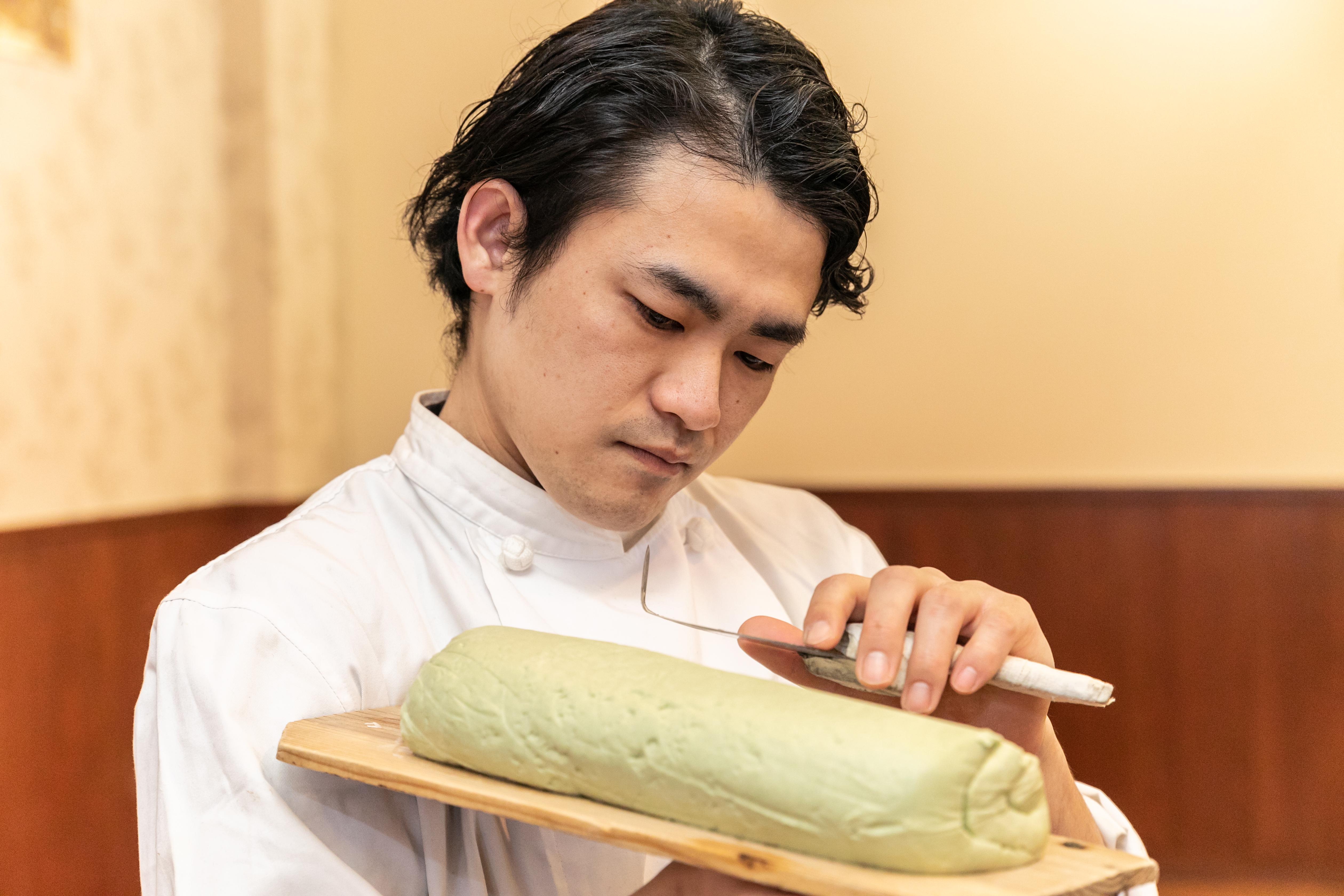 共に刀削麺を広げる麺天使へ
